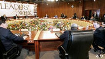 Menschen sitzen in schwarzen Sesseln in einem runden Tagungsraum (22.11.2008, Lima - Peru, Quelle: AP)