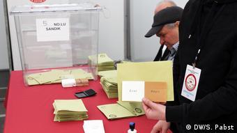 Από το εκλογικό τμήμα που υπήρχε στο τουρκικό προξενείο στην Κολωνία