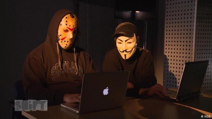 Люди в масках за компьютерами