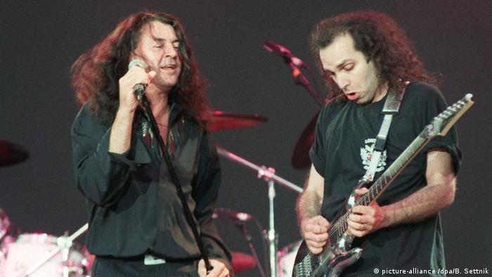 Ian Gillian (l.) and Joe Satriani of Deep Purple (1994) (picture-alliance /dpa/B. Settnik)