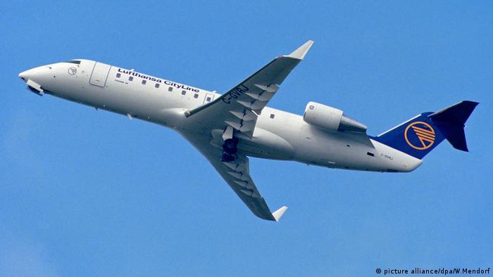 Passagierflugzeug Bombardier Canadair Jet 100 der Lufthansa CityLine (picture alliance/dpa/W.Mendorf)
