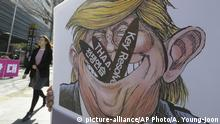 Südkorea Poster mit Karikatur von Donald Trump (picture-alliance/AP Photo/A. Young-joon)