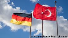 ARCHIV- Die deutsche und die türkische Flagge sind am 24.02.2017 in Hamburg an Fahnenmasten vor der Ditib Merkez Mescid-i Aksa Moschee zu sehen. (zu dpa «In Deutschland lebende Türken können in Generalkonsulaten über neue Verfassung in der Türkei abstimmen» vom 26.03.2017) Foto: Christian Charisius/dpa +++(c) dpa - Bildfunk+++ | Verwendung weltweit