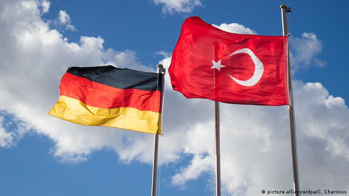 Flags of Germany and Turkey flying together (picture-alliance/dpa/C. Charisius)