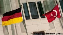 Die deutsche und die türkische Fahne wehen am 03.02.2014 in Berlin am Potsdamer Platz vor dem Hotel Ritz Carlton. Dort traf der türkische Ministerpräsident Recep Tayyip Erdogan ein. Foto: Paul Zinken/dpa +++(c) dpa - Bildfunk+++   Verwendung weltweit
