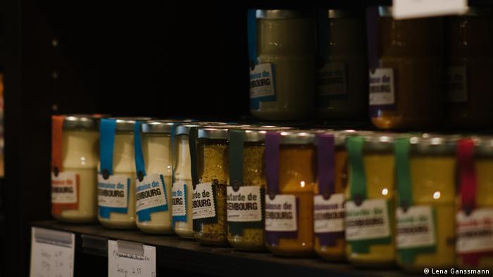 Ausgestellte Produkte im Feinkostladen und Restaurant de Maufel in Berlin (Foto: Lena Ganssmann)