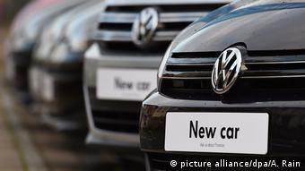 Автомобили марки Volkswagen в одном из лондонских автосалонов