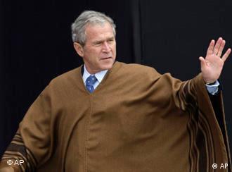 Bush im Poncho (23.11.2008, Lima - Peru, Quelle: AP)