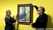 ARCHIV 2013 ***** epa03683468 Employeees of the Van Gogh Museum Amsterdam hang up the famous Dutch painter's self portrait with easel dated from 1888 prior to the reopening of the museum, in Amsterdam, 01 May 2013. According to media information the museum was renovated for several month with more than 10,000 square meters of walls painted and about 2,300 square meters of parquet floor laid. EPA/KOEN VAN WEEL +++(c) dpa - Bildfunk+++ |