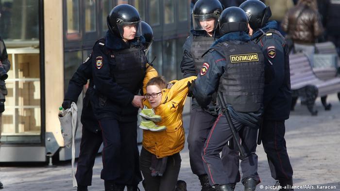Полиция задерживает участника антикоррупционной акции в Москве, 26 марта 2017 года
