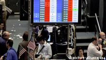 A screen shows the price of crude oil futures as traders work on the floor of the New York Mercantile Exchange in New York, New York, USA, on 20 November 2008. During trading today, oil prices fell as low as US $49.75 (39.59 euro) a barrel, the lowest price since 2005. EPA/JUSTIN LANE +++(c) dpa - Report+++
