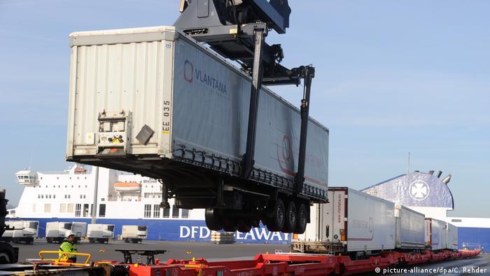 Товарный поезд с контейнерами разгружается в порту Киля
