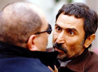 احود آقالو (به همراه آتیلا پسیانی) در صحنهای از فیلم گاهی به آسمان نگاه کن - آقالو به دلیل بیماری، واپسین نقشهای خود را در رادیو آفرید