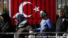 turks standing lin line with flag in background (picture-alliance/AP Photo/M. Schreiber)