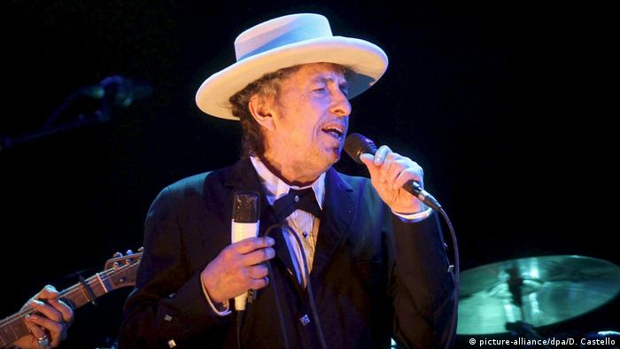 Bob Dylan singing (picture-alliance/dpa/D. Castello)