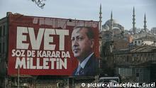 Ein Werbebanner auf dem der türkische Präsident Erdogan abgebildet ist hängt am 24.03.2017 in Istanbul (Türkei) an einer Hauswand. Auf dem Banner steht Ja, die Worte und Entscheidungen gehören der Nation. Am 16. April bei einem Referendum in der Türkei über die Einführung eines Präsidialsystems abgestimmt. Foto: Emrah Gurel/AP/dpa +++(c) dpa - Bildfunk+++ |