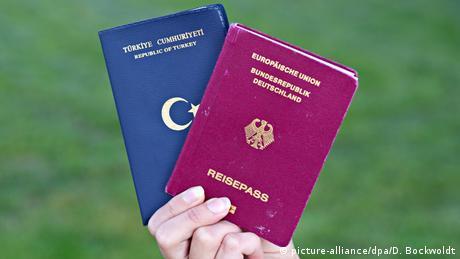 ЗМІ: Шість з десяти натуралізованих громадян ФРН залишають старий паспорт