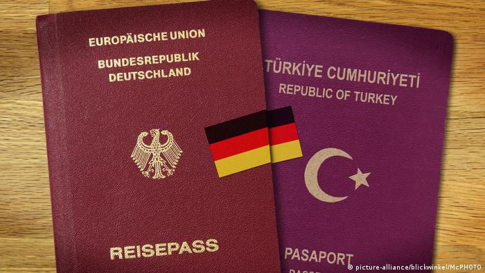 German and Turkish passports (picture-alliance/blickwinkel/McPHOTO)