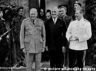 Perang usai. Aliansi anti Hitler bertemu pertama kali di Potsdam. Ketiga pemimpinnya, Stalin (Uni Soviet), Churchill (Inggris) dan Truman (Amerika), mematok sungai Oder-Neisse sebagai batas Jerman-Polandia. Dengan itu secara de fakto mereka mendukung pengusiran warga Jerman dari wilayah timur Jerman. Perbedaan pendapat pertama diantara ketiga negara aliansi ini adalah seputar perombakan alat-alat industri untuk ganti rugi kerugian perang.