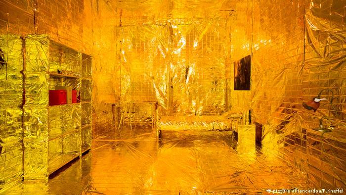 Инсталляция Век золотой недвижимости