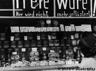Perubahan nilai uang di Jerman bagian barat memberikan sinyal positif setelah perang usai. Toko-toko menyediakan semua barang kebutuhan. Setiap orang dapat membeli apa yang diperlukan dengan uang sebesar 40 Mark (mata uang lama Jerman) yang mereka terima sebelumnya. Tiga hari setelahnya hal yang sama diberlakukan juga di wilayah timur. Di sana tiap orang mendapat 70 Mark Jerman Timur. Tapi jumlah barang yang bisa dibeli cuma sedikit.