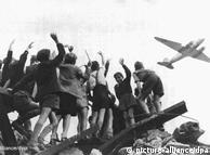 Penutupan jalan dan saluran air sangat mengejutkan pimpinan di Berlin bagian barat. 2,2 juta warga Berlin Barat yang terkepung pasukan Uni Soviet amat bergantung pada pasokan bahan dari luar. Pimpinan Berlin Barat tidak mau menyerah. 278.000 kali pesawat Rosinenbomb menjatuhkan bahan pangan dari udara. Warga Berlin kelaparan namun bertahan hidup. Bulan Mai 1949 Uni Soviet menghapus blokadenya.