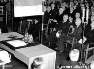 Undang Undang Dasar sebagai Konstitusi sementara dikeluarkan di Bonn. Ini menandakan kelahiran Bundes Republik Jerman. Belajar dari Republik Weimar: hak-hak dasar, peranan negara bagian dan kanselir dikaji ulang. Pemerintahan hanya bisa dibubarkan jika pada saat yang sama dipilih pemerintahan baru. Konsep yang semula bersifat sementara ternyata ampuh dan sampai kini menjadi bagian konstitusi negara Jerman bersatu.