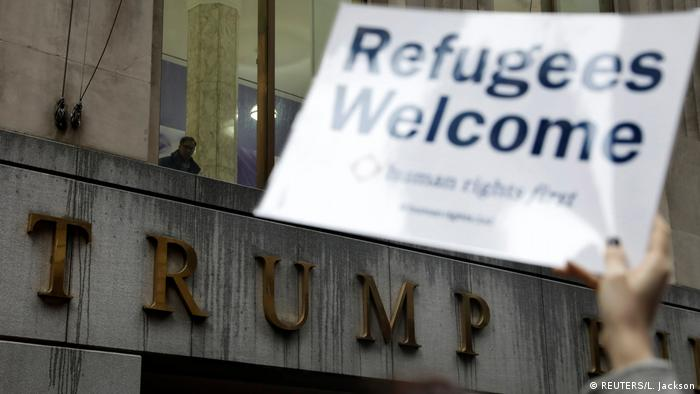 USA | Proteste vor dem Trump-Building in New York gegen Trumps Refugee Ban (REUTERS/L. Jackson)