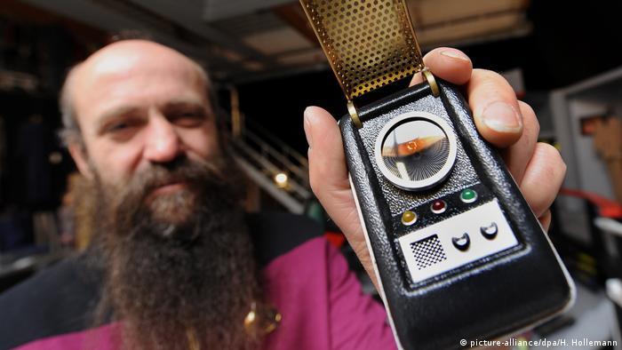 Martin Netter and a replica of a Star Trek communicator (picture-alliance/dpa/H. Hollemann)