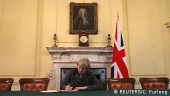 H Βρετανίδα Πρωθυπουργός Τερέζα Μέι υπογράφει την αίτηση αποχώρησς του Ην.Βασιλείου από την ΕΕ