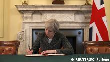 England Theresa May unterschreibt Brexit-Antrag