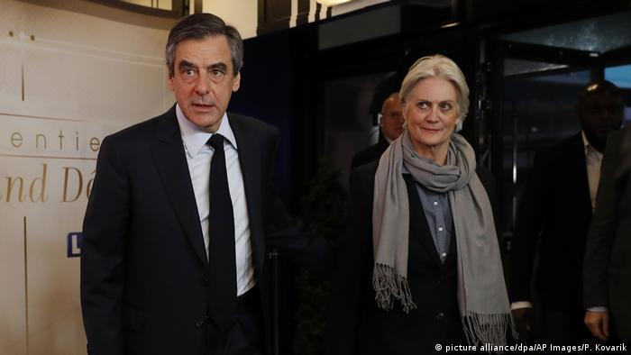 Frankreich Francois Fillon mit seiner Frau Penelope in Paris (picture alliance/dpa/AP Images/P. Kovarik)