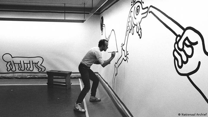 Keith Haring, artist at work at Stedelijk Museum in Amsterdam (Nationaal Archief)
