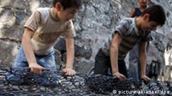 کار کودک معضلی جهانی است؛ تصویر دو کودک کار را در ترکیه نشان میدهد