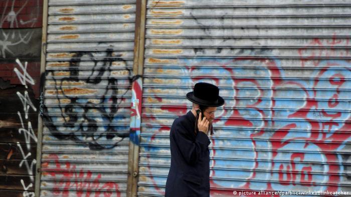 USA jüdischer Mann in traditioneller Kleidung vor Graffiti in New York (picture alliance/dpa/blickwinkel/Blinkcatcher)