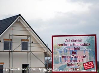 Новый дом с плакатом, адресованным потенциальным покупателям