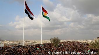 Irak irakische und kurdische Flagge in Kirkuk (picture-alliance/abaca/A. Mukarr)