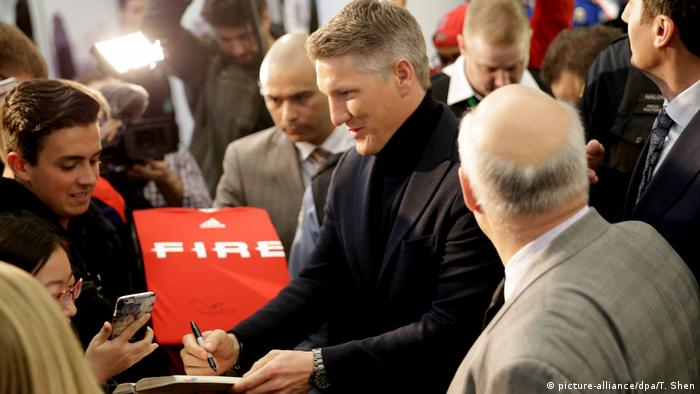 Bastian Schweinsteiger signs an autograph at O'Hare in Chicago (picture-alliance/dpa/T. Shen)