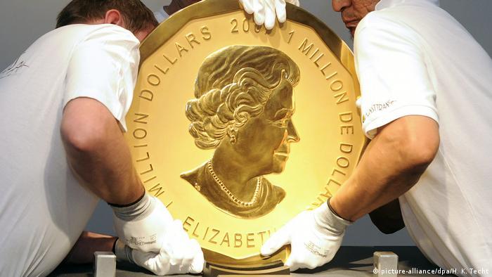 Mitarbeiter eines Auktionshauses heben am 25.06.2010 in Wien (Österreich) ein Exemplar der sogenannten Big Maple Leaf-Goldmünze an ihren Platz. Die 100 Kilo schwere und 53 Zentimeter große Münze zeigt das Bild von Königin Elizabeth II.