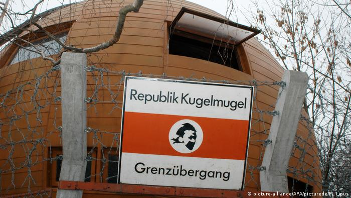 Large round structure with sign reading Republic Kugelmugel (picture-alliance/APA/picturede/M. Lipus)
