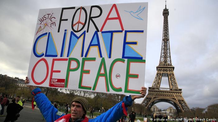 Экоактивист в Париже (фото из архива)
