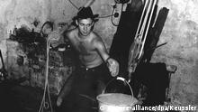 ARCHIV - Der Westberliner Fluchthelfer Klaus-Michael von Keussler beim Tunnelbau unter der Berliner Mauer (Archivfoto vom November 1963). Der damalige Student gehörte zu einer Gruppe, die nach dem Mauerbau Menschen zur Flucht verholfen haben. Zehn Monate bauten sie in einer Tiefe bis zu zwölf Metern einen nur 80 cm hohen und 145 m langen Gang unter der Berliner Mauer. Am 3. und 4.10.1964 konnten 57 Menschen von der Ostberliner Strelitzer Straße in die Bernauer Straße in West-Berlin gelangen. Am 5.10.1964 wurde der Tunnel von der Stasi entdeckt. Am 13. August 1961 begann der Mauerbau. Am 9. November 1989 fiel die Mauer. Foto: Keussler dpa (zu dpa-Korr. Kainsmal eines Regimes: Berliner Mauerbau am 13. August 1961 vom 12.08.2009) +++(c) dpa - Bildfunk+++ | Verwendung weltweit
