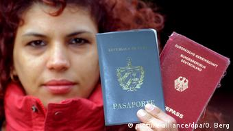 Dual citizenship (picture-alliance/dpa/O. Berg)