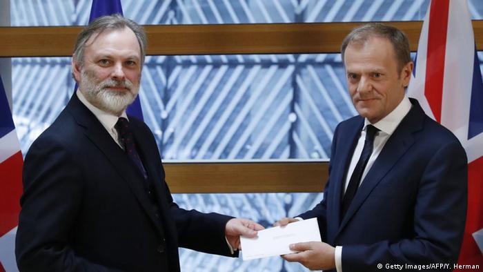 EU Großbritannien Brexit Brief Botschafter Barrow mit Tusk (Getty Images/AFP/Y. Herman)
