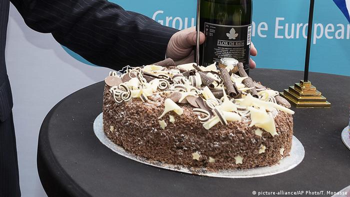 Belgium EU Brexit - Sekt und Torte UKIP (picture-alliance/AP Photo/T. Monasse)