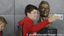 Selfie mit Ronaldo-Büste