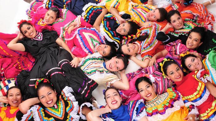 Integrantes del grupo de danza folclórica Sol Mexicano.