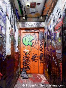 Aufzug mit Grafitti