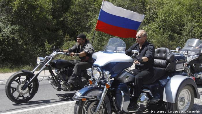 Wladimir Putin auf Harley Davidson Lehman Trike (picture-alliance/dpa/S. Karpukhin)