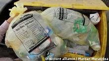 ARCHIV- ILLUSTRATION - Eine Frau wirft am 15.06.2011 in Stuttgart einen Gelben Sack in einen gelben Abfallbehälter. Es geht um gelbe und orangene Mülltonnen, um Pfannen, Kleiderbügel und um sehr viel Geld. Nach jahrelangem Hin und Her stimmt der Bundestag über ein Verpackungsgesetz ab. So richtig zufrieden ist aber kaum jemand damit. (zu dpa Dauer-Streit um Mülltonnen: Was das Verpackungsgesetz so heikel macht vom 30.03.2017) Foto: Marijan Murat/dpa +++(c) dpa - Bildfunk+++   Verwendung weltweit